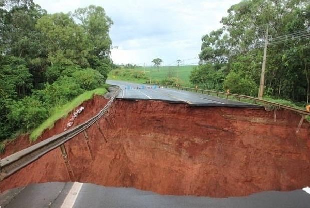 12.jan.2016 - Chuva deixa cratera na estrada PR-444, perto da cidade de Arapongas, no Paraná