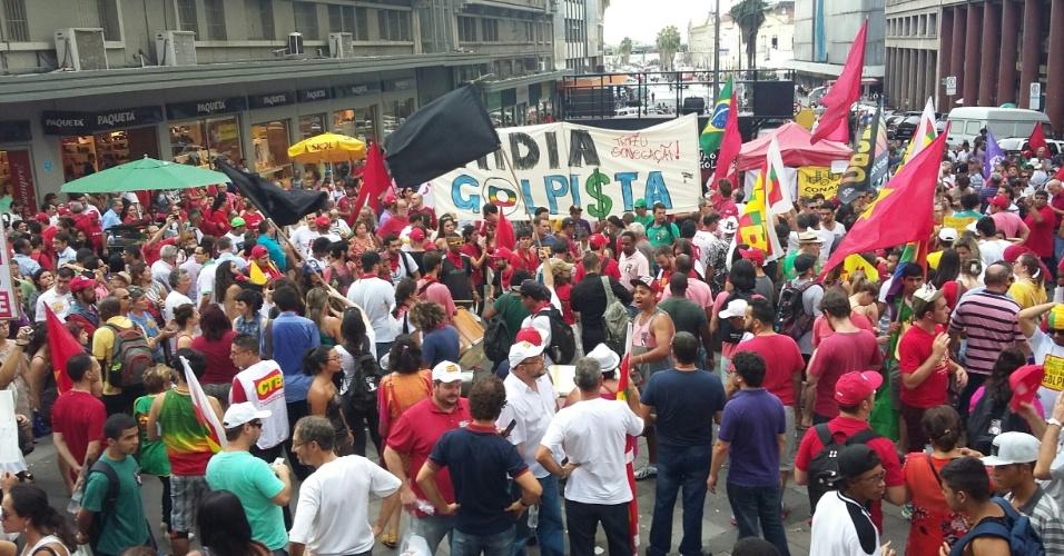 18.mar.2016 - Em Porto Alegre, manifestantes participam de ato em apoio ao governo e contra o impeachment da presidente Dilma Rousseff. O protesto já reúne cerca de mil pessoas na Esquina Democrática