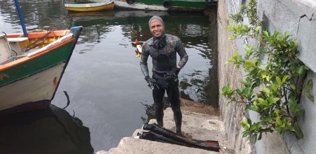 Mayko Vieira procura sem sucesso por notas de R$ 100 e R$ 50 que desde domingo vêm sendo encontradas no mar da Urca