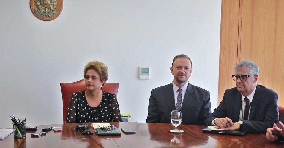 13.abr.2016 - A presidente Dilma Rousseff concede entrevista para jornalistas de dez veículos no Palácio do Planalto, em Brasília (DF). O jornalista Fernando Rodrigues, blogueiro do UOL, participa da coletiva