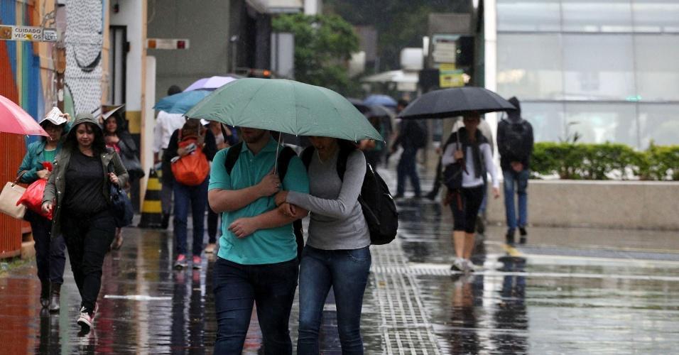 27.ago.2015 - Pedestre enfrenta chuva na manhã desta quinta-feira (27), na avenida Paulista, em São Paulo. A temperatura não deve passar dos 23ºC