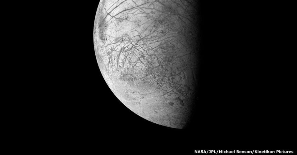 Esta imagem mostra as imensas falhas e cumes que se espalham pela superfície congelada de Europa, uma das dezenas de luas de Júpiter. Ela é um pouco menor que a nossa Lua
