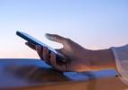 Quanto tempo você demora para pegar no celular quando está sozinho? (Foto: iStock)
