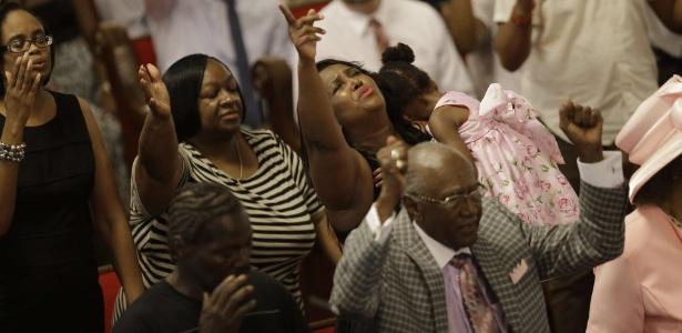 A igreja metodista Emanuel, onde nove pessoas negras foram assassinadas na última quarta-feira (17) por um jovem branco, faz sua primeira cerimônia após o massacre