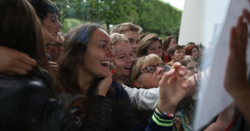 7.jul.2015 - Estudantes comemoram a aprovação no baccalauréat, um exame de certificação do ensino médio e acesso ao ensino superior, uma espécie de vestibular francês