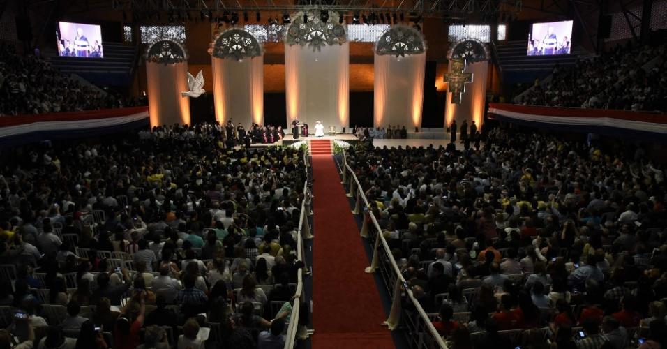 11.jul.2015 - Papa Francisco celebra missa para milhares de pessoas em Caacupé, no Paraguai, neste sábado (11). Durante a celebração, o pontífice disse que a Guerra do Paraguai foi