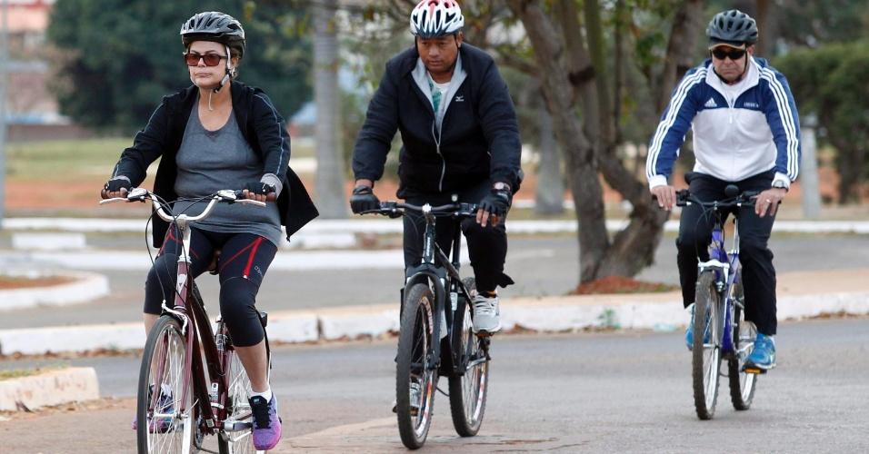 6.jul.2015 - A presidente da República, Dilma Rousseff, anda de bicicleta nos arredores do Palácio da Alvorada, em Brasília, acompanhada por seguranças