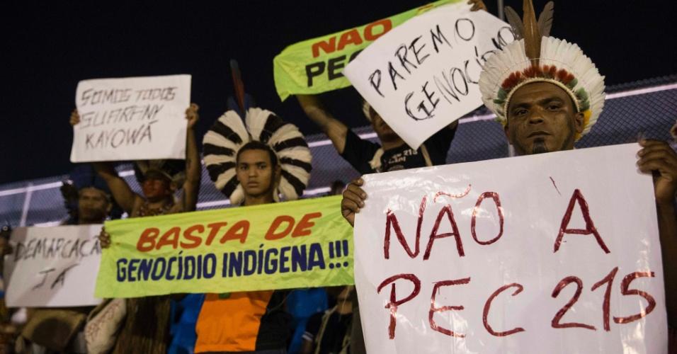 23.out.2015 - Índios protestam das arquibancadas da arena na cidade de Palmas, no Estado do Tocantins, à espera da presidente Dilma
