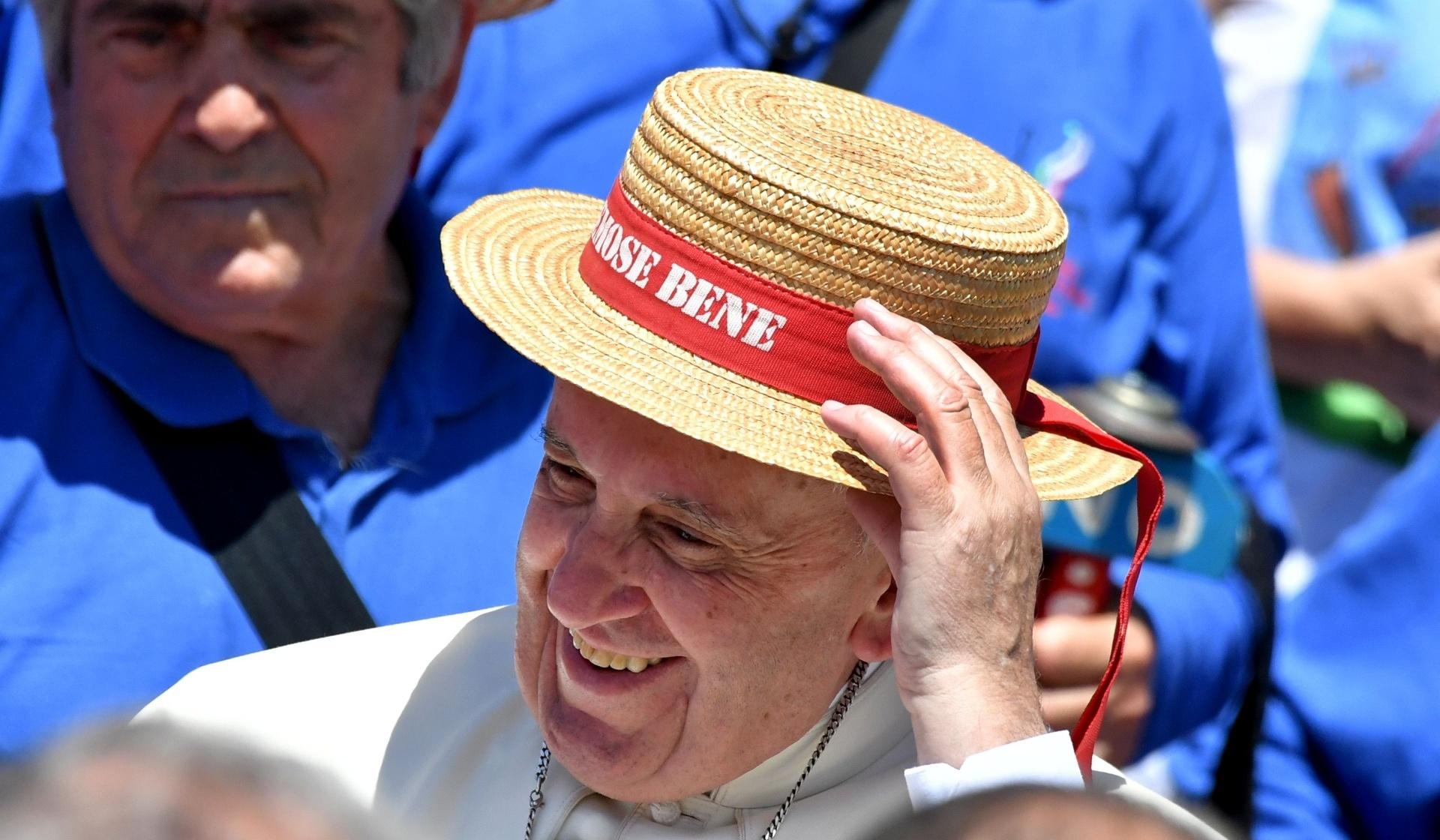 18.jun.2016 - Papa Francisco usa chapéu oferecido por uma criança na praça de São Pedro, no Vaticano, depois de uma audiência jubilar