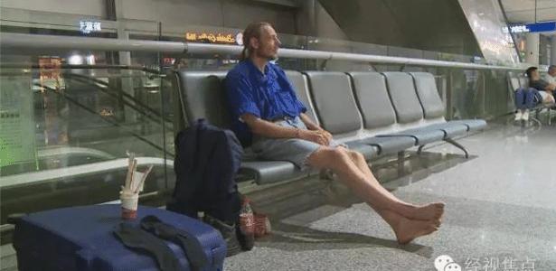 Ele não perdeu as esperanças e ficou morando 10 dias no aeroporto a base de miojo