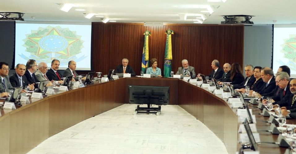 8.out.2015 - A presidente Dilma Rousseff (ao centro), fica ao lado do vice-presidente da República, Michel Temer (à esq.), e o novo ministro-chefe da Casa Civil, Jaques Wagner (à dir.), durante uma reunião ministerial com 27 dos 31 ministros no Palácio do Planalto, em Brasília