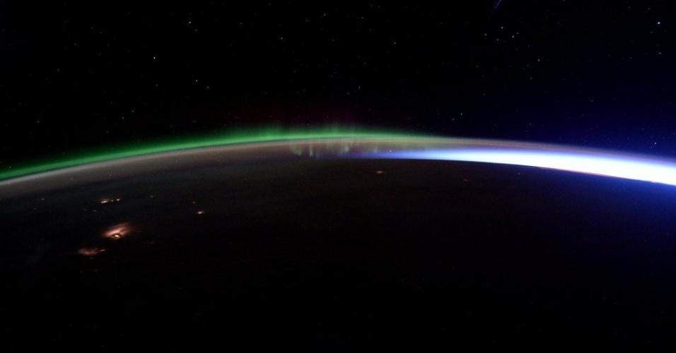 23.jan.2016 - Esta foto espetacular tirada pelo astronauta britânico Tim Peake mostra o encontro entre uma aurora e o nascer do Sol. A imagem foi postada por Peake em sua conta no Twitter: ?quando a aurora encontra o nascer do Sol!?, escreveu
