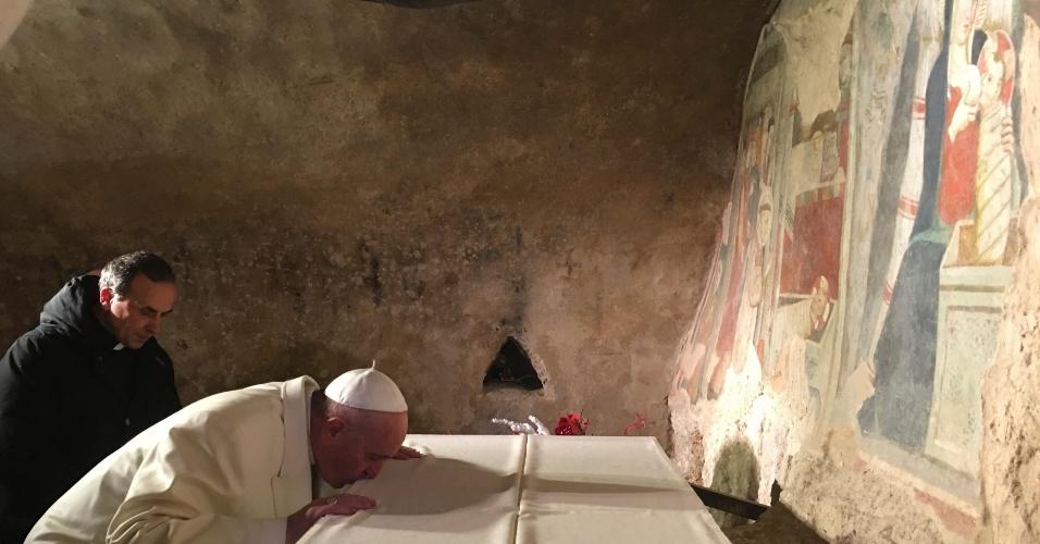 4.jan.2016 - Papa Francisco beija Santuário de Greccio, na região do Lazio, no norte de Roma, durante visita inesperada. A imagem foi divulgada hoje pelo Observatório Romano. Na gruta que representa a Natividade, o pontífice deixou uma mensagem pessoal no livro de visitantes