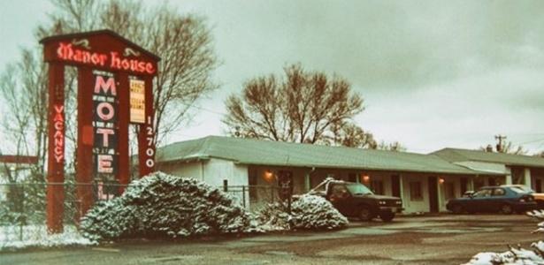 A frente do Motel Manor House em Aurora, Colorado, antes de ser demolido