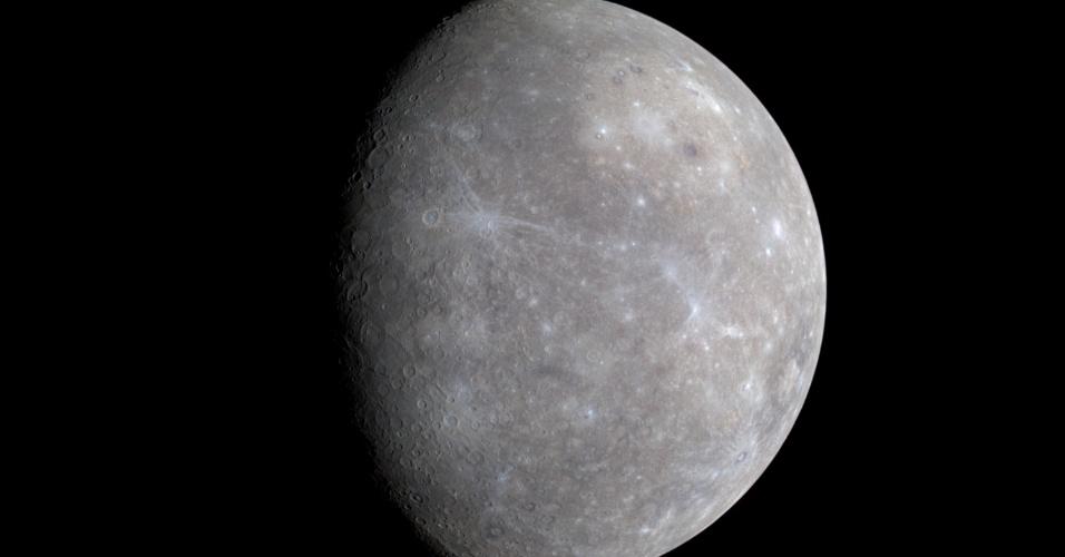 26.ago.2015 - Distante 58 milhões de quilômetros do Sol, Mercúrio é o planeta rochoso do Sistema Solar mais próximo do Astro. Se fosse possível ficar de pé sobre a superfície dele, o Sol pareceria três vezes maior do que estamos acostumados a ver da Terra. O planeta tem uma coloração acinzentada e uma aparência bastante parecida com a da Lua, com várias crateras resultantes das colisões de meteoritos e cometas. Esta imagem foi feita em janeiro de 2008 pela sonda Messenger