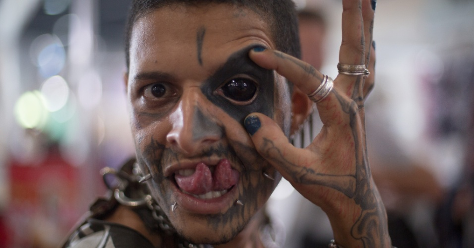 22.jan.2016 - O nome dele é Kurt, mas é conhecido como Zumbi Punk. O jovem tem 27 anos e se destaca na Convenção Internacional Tattoo Week 2016, que acontece no Rio de Janeiro, por ser um dos mais tatuados e com mais modificações no corpo. Ele possui tatuagens no estilo Zombie Off, no qual se cobre o corpo com desenhos que remetem a ossos e órgãos do corpo humano