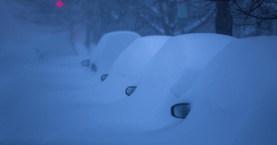 24.jan.2016 - Consegue ver um carro aí? Apenas retrovisores ficam visíveis em veículos soterrados por neve em Washington, nos Estados Unidos. A tempestade Jonas assola parte do país com grande nevasca