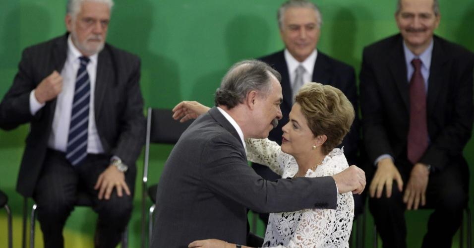 05.out.2015 - Presidente Dilma Rousseff cumprimenta o ministro da Educação, Aloizio Mercadante, durante cerimônia de posse no Palácio do Planalto