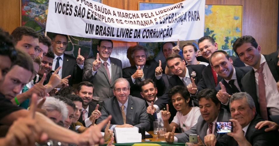 Em maio de 2015, quando recebeu manifestantes da Marcha pela Liberdade, movimento pelo afastamento da presidente Dilma Roussef. Na foto, os presentes fazem o sinal de