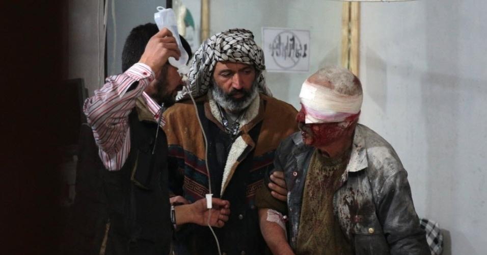 18.nov.2015 - Homem sírio ferido recebe tratamento em um hospital improvisado após um ataque aéreo realizado forças do governo na área controlada pelos rebeldes, a leste de Damasco, na Síria