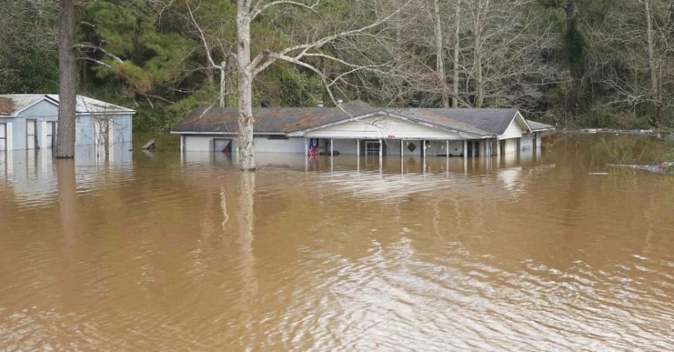 26.dez.2015 - Casa é tomada pela água no Alabama, nos Estados Unidos, neste sábado (26). O imóvel fica em Pea, às margens do rio Elba. O Alabama foi atingido por fortes tempestades desde quarta-feira (23)