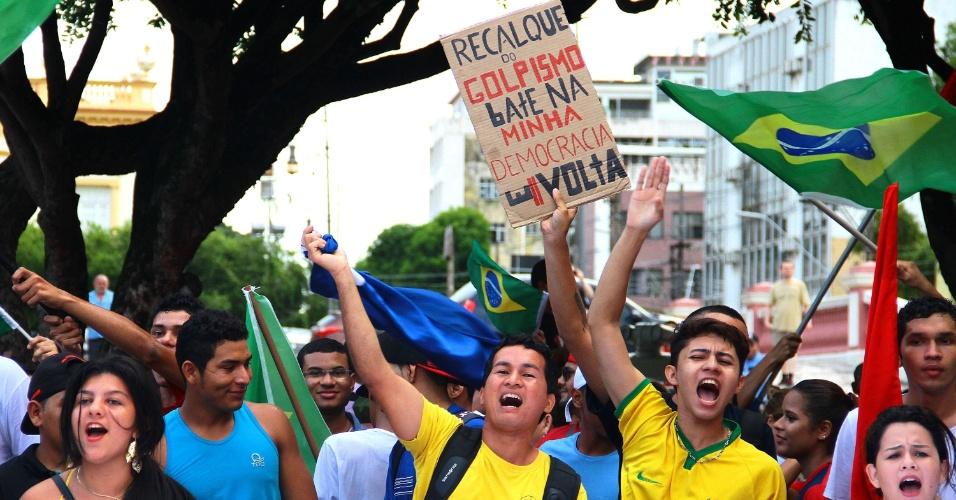 18.mar.2016 - Em Manaus (AM), protestam a favor do governo da presidente Dilma Rousseff, em defesa do ex-presidente Luiz Inácio Lula da Silva e da democracia