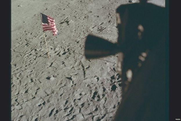 Da janela da Apollo 11 as primeiras pegadas humanas na Lua podem ser vistas claramente