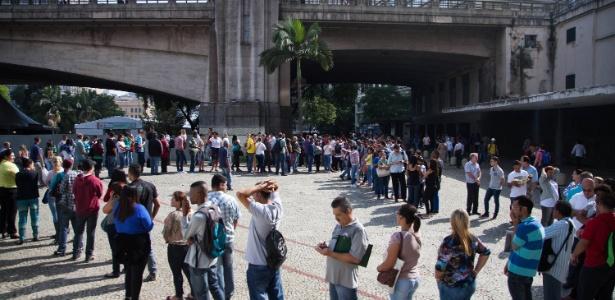 Fila de pessoas a procura de emprego em evento da prefeitura de SP, em 2015