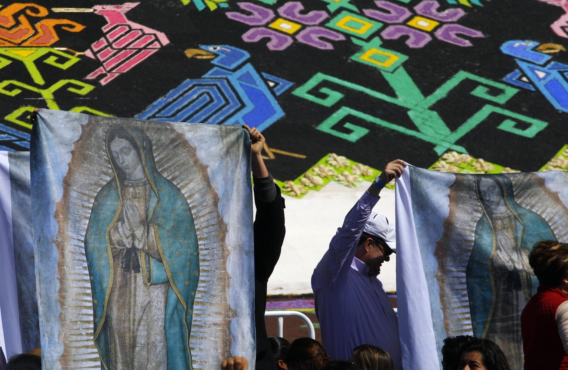14.fev.2016 - Com estandartes coloridos da Virgem, fiéis saúdam o papa Francisco em Ecatepec, subúrbio pobre e violento da Cidade do México, onde o pontífice celebra missa aberta