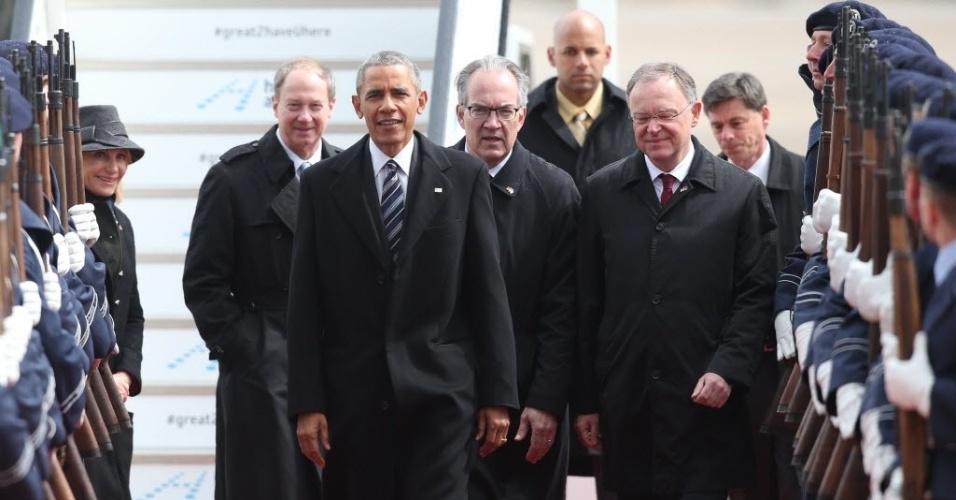24.abr.2016 - Presidente dos EUA, Barack Obama, caminha por uma guarda militar de honra seguido pelo embaixador dos EUA na Alemanha John Emerson (esq), na chegada no aeroporto de Langenhagen, Alemanha. Obama terá uma reunião bilateral com a chanceler Angela Merkel, tendo o acordo comercial entre Estados Unidos a União Europeia como principal ponto da agenda