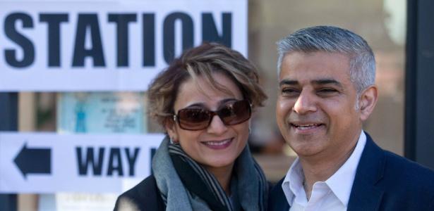 5.mai.2016 - O candidato trabalhista à prefeitura de Londres, Sadiq Khan, e sua mulher, Saadiya, deixam seção eleitoral no sul da capital inglesa