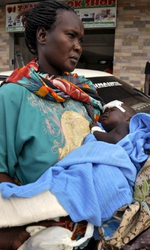 4.nov.2015 - A bebê Nyloak Thong, de 13 meses, é resgatada após sobreviver à queda de um avião próximo à capital do Sudão do Sul, Juba