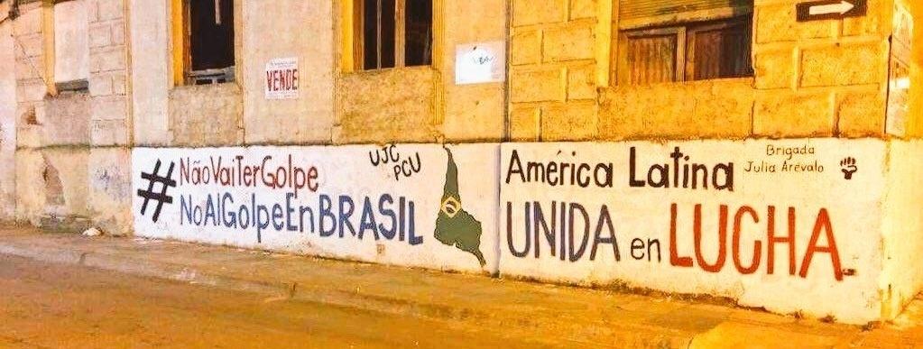 21.mar.2016 - Movimentos sociais no Uruguai se posicionam pela permanência da presidente Dilma Rousseff no cargo.