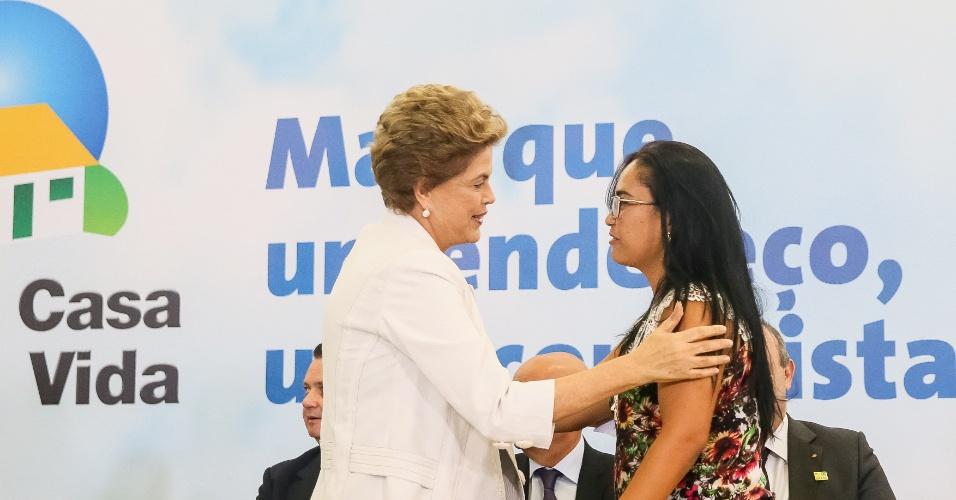 30.mar.2016 - Presidente Dilma Rousseff cumprimenta Cleide Soares Medanha, beneficiária do Programa Minha Casa Minha Vida durante cerimônia de lançamento do Programa Minha Casa Minha Vida 3