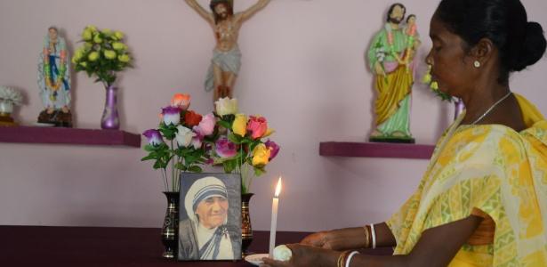 Monica Besra coloca uma vela em um altar para a Madre Teresa em sua casa em Nakur, Índia