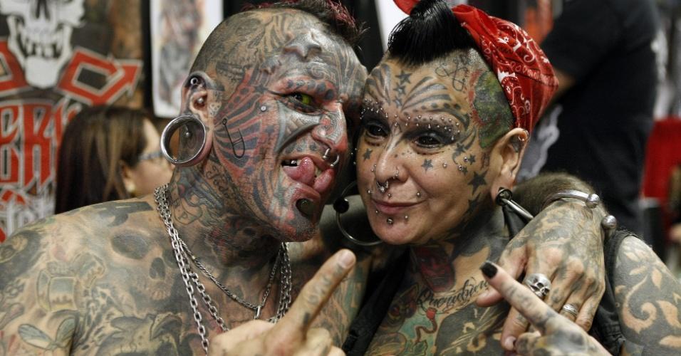 21.jun.2015 - Casal Víctor Hugo e Gabriela Peralta posa para fotos durante a sexta edição da Expotattoo (Convenção Internacional de Tatuagem), que ocorre neste fim de semana em Medellín, na Colômbia