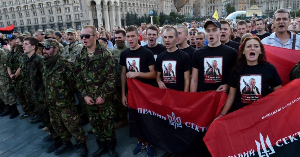 21.jul.2015 - Integrantes do partido direitista Right Sector fazem manifestação na Praça da Independência, em Kiev, na Ucrânia, após congresso da agremiação. Os manifestantes se reuniram para apoiar a decisão do partido de recolher assinaturas para um referendo pedindo a renúncia do presidente ucraniano Petro Poroshenko e seu governo