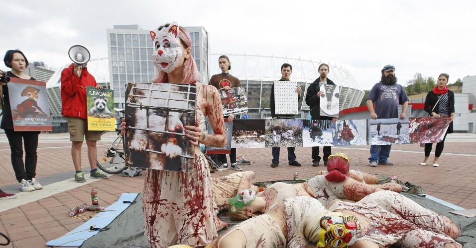 27.set.2015 - Mulheres participam de protesto contra o uso de peles de animais em Kiev, na Ucrânia, neste domingo (27). Os ativistas organizaram uma manifestação na véspera do Dia Mundial dos Animais