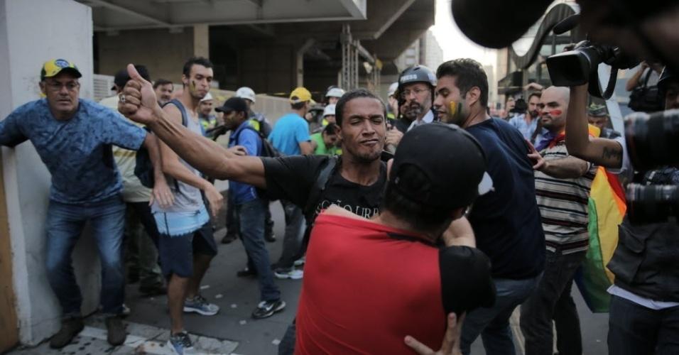 18.mar.2016 - Manifestantes pró e contra o governo da presidente Dilma Rousseff brigam durante protesto a favor da democracia e contra o impeachment na avenida Paulista, em São Paulo