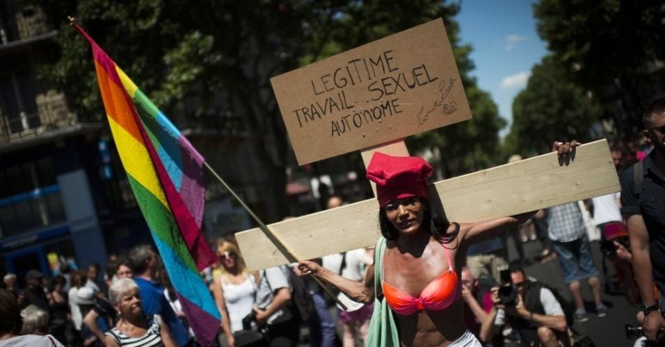 27.jun.2015 - Ativista carrega cruz durante Parada Gay em Paris, na França
