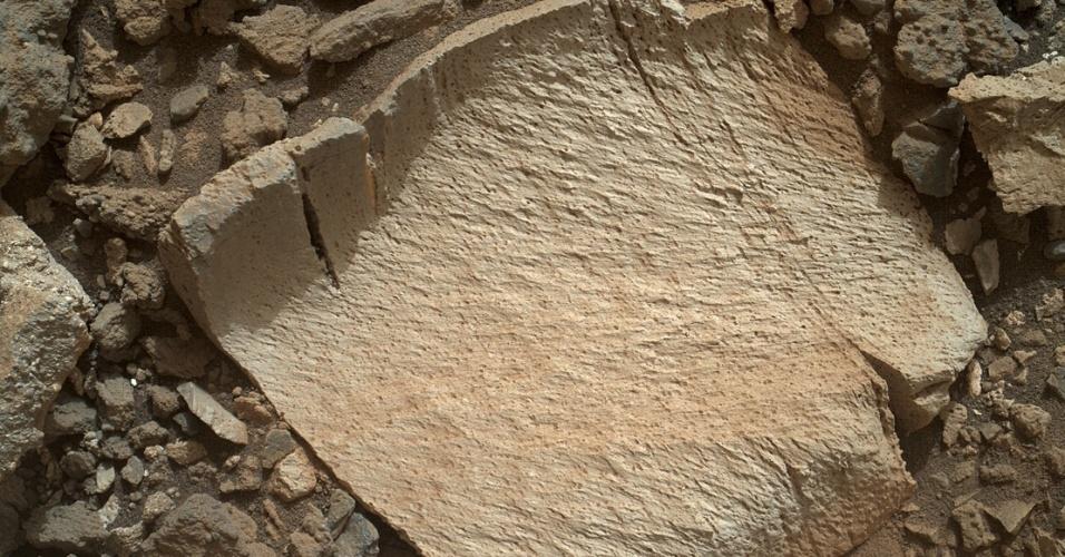 """29.jul.2015 - Imagem de fragmento de rocha apelidado de """"Lamoose"""" foi capturada pelas lentes do Mahli, gerador de imagens da sonda Curiosity, da Nasa. Lamoose tem a aparência de outras rochas encontradas nos arredores de uma porção da Marias Pass, no Monte Sharp, em Marte, mas tem uma concentração incomum de sílica. A substância é um composto que contém silício e oxigênio, que formam as rochas, comumente encontrada na Terra como quartzo. Os altos níveis de sílica podem indicar condições ideais para preservar antigos materiais orgânicos"""