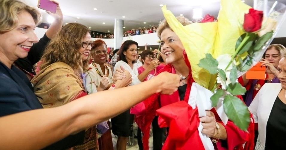 7.abr.2016 - A presidente Dilma Rousseff participa do Encontro com Mulheres em Defesa da Democracia realizado no Palácio do Planalto, em Brasília (DF). No ato, Dilma ganhou flores das participantes