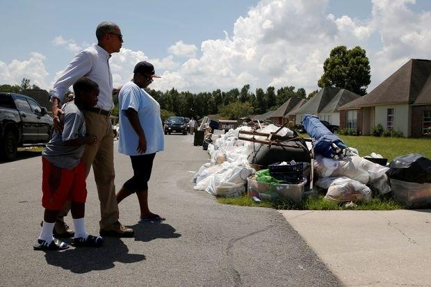 Criticado por demora, Obama vai a região onde enchente matou 13