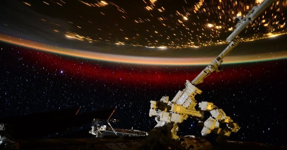 23.jun.2015 - AURORA BOREAL - A bordo da Estação Espacial Internacional (ISS, na sigla em inglês), o astronauta americano Scott Kelly registrou esta aurora boreal no dia 22 de junho. A imagem foi divulgada nesta terça-feira (23) pela Nasa (agência espacial norte-americana)