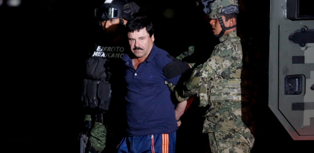 """O narcotraficante Joaquin Guzman, mais conhecido como """"El Chapo"""", é escoltado por soldados durante apresentação na Cidade do México. Após uma fuga polêmica, El Chapo foi recapturado no México nesta sexta-feira, e encaminhado ao mesmo presídio de onde escapou em julho de 2015"""