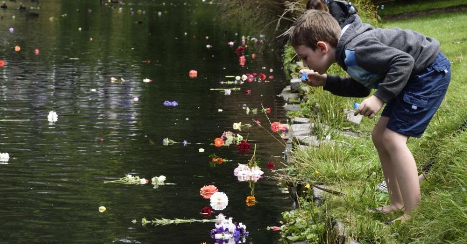 http://imguol.com/c/noticias/8c/2016/02/22/22fev2016---crianca-faz-bolhas-de-sabao-diante-de-varias-flores-lancadas-no-rio-avon-no-jardim-botanico-de-christchurch-na-nova-zelandia-durante-homenagem-as-vitimas-do-terremoto-que-atingiu-a-cidade-1456115929878_956x500.jpg