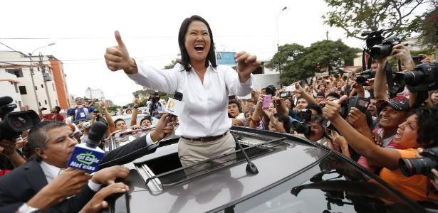 Keiko Fujimori, filha do ex-presidente Alberto Fujimori (preso por violações contra os direitos humanos), sai na frente no 1º turno da disputa presidencial