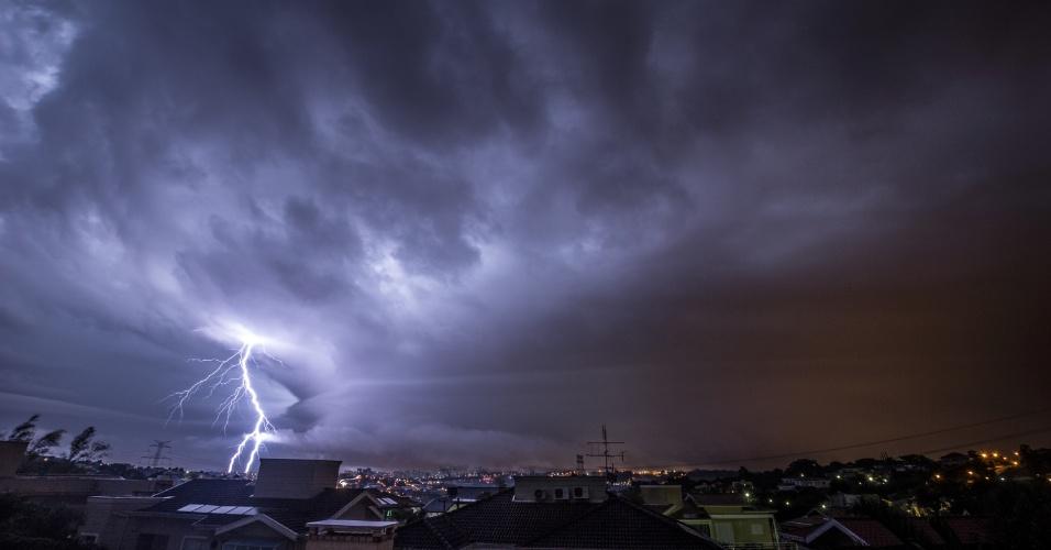 5.jun.2016 - O engenheiro Rafael Coutinho, 53, registrou algumas das microexplosões ocorridas durante a tempestade que provocou destruição em Campinas (a 93 quilômetros de São Paulo) entre a noite de sábado e a madrugada de domingo. Ele contou que conseguiu fotografar mais de 200 raios em poucos minutos