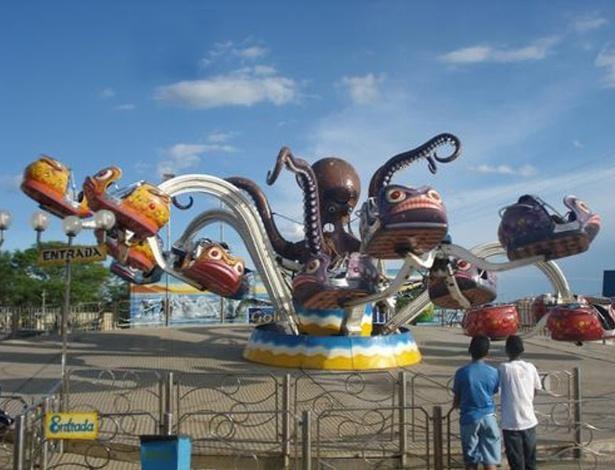 O brinquedo giratório 'Polvo' do parque de diversão Golden Park Itinerante, que arremessou duas pessoas em São Luís
