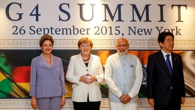 26.set.2015 - A presidente Dilma Rousseff (PT) posa para foto ao lado da chanceler alemã, Angela Merkel, do presidente da Índia, Pranab Mukherjeeo, e do primeiro-ministro do Japão, antes de encontro do G4 em Nova York neste sábado (26). Nesse encontro, os países insistirão na necessidade de a ONU aprofundar e avançar na negociação para uma reforma do Conselho de Segurança, que conta com cinco membros permanentes, que têm direito a veto --Estados Unidos, Rússia, China, Reino Unido e França, e com dez não permanentes que têm mandatos de dois anos